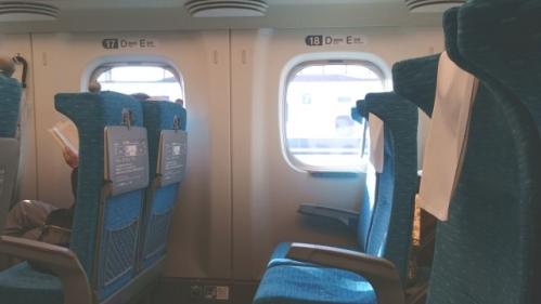 新幹線の窓と座席01