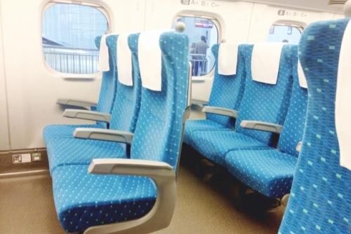 新幹線の車内(3列シート側)01