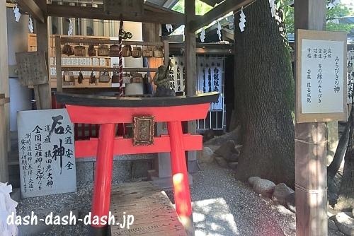 洲崎神社(名古屋)の石神鳥居(小さい鳥居くぐり)01