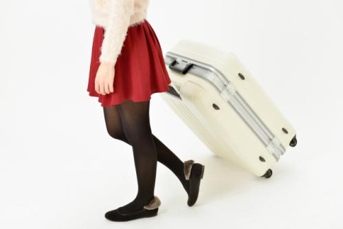 スーツケース(キャリーバッグ)を引く女性01