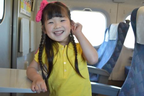 笑顔の女の子(子供・新幹線の車内)01