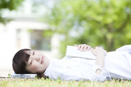 目を瞑る(つむる)女性