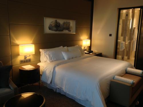 高級ホテルの部屋とベッド(シンプル)