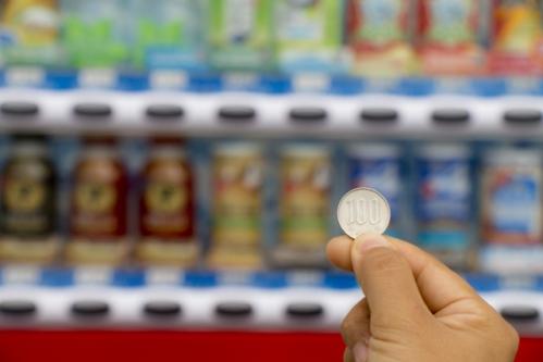 自動販売機と100円玉