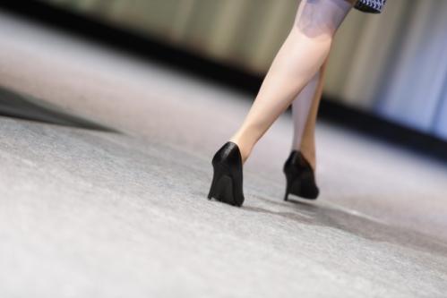 歩く女性(ヒール)の足元