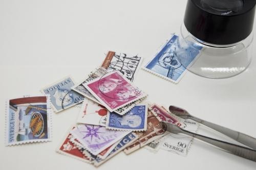 切手とピンセットとルーペ
