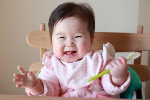 離乳食スプーンを持つ赤ちゃん