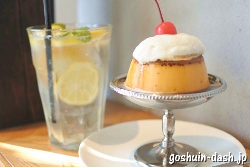 焦がしカラメル濃厚プリンと自家製レモネードのソーダ割(浅草Feb's coffee & scone)