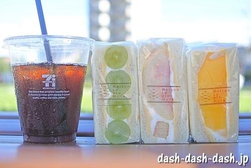 メゾンルパンミュラのフルーツサンド(シャインマスカット・白桃・マンゴー)とセブンカフェのアイスコーヒー