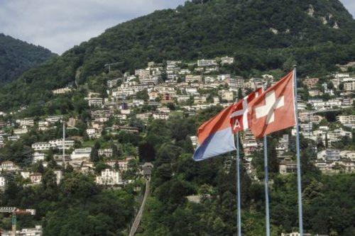 スイス ルガーノの景色 ブレ山とスイス国旗