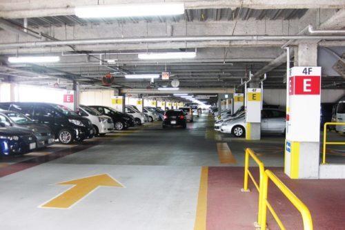 ショッピングモールの立体駐車場