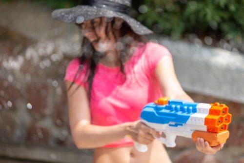 水鉄砲で遊ぶ女性(ずぶ濡れ)