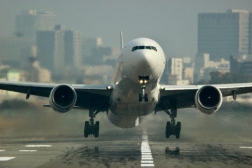離陸する旅客機(飛行機)