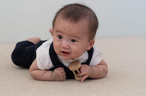 ずり這い(ズリバイ)する赤ちゃん