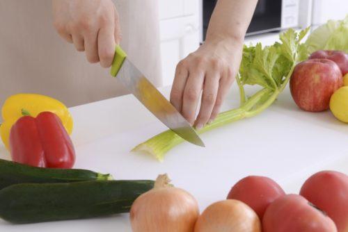 料理する女性(セロリを切る手元)