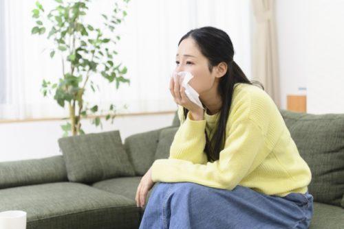 涙を拭く女性(泣く・涙活)