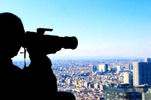 都市を撮影するカメラマン(ズームアップ)